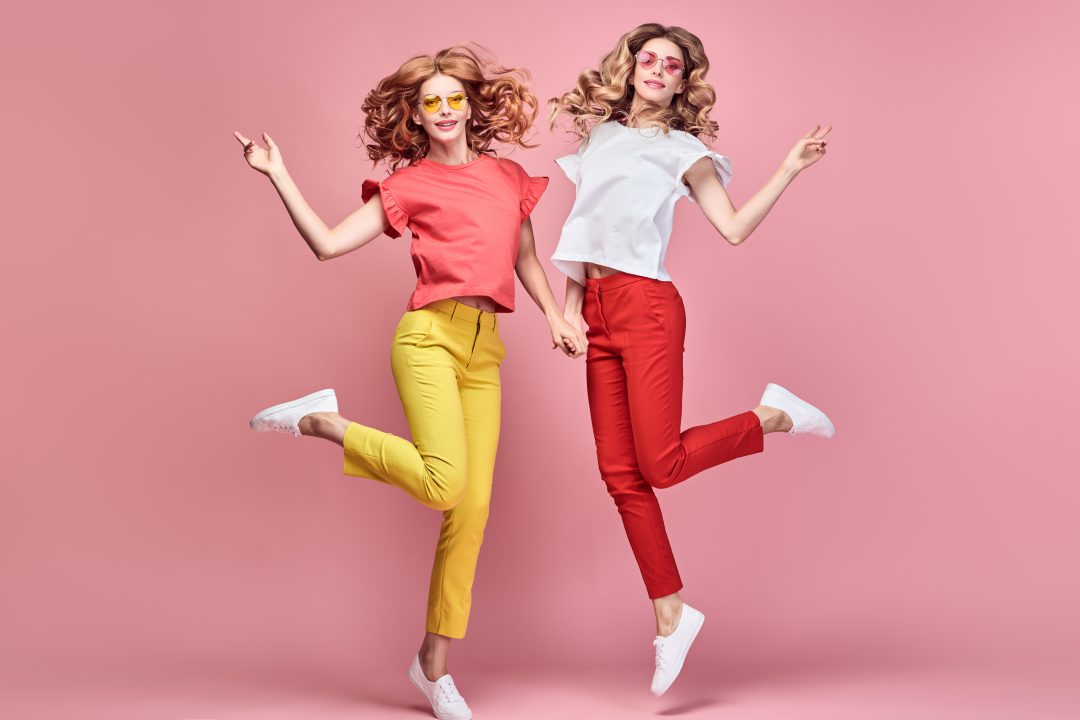 hoe combineer je een rode broek