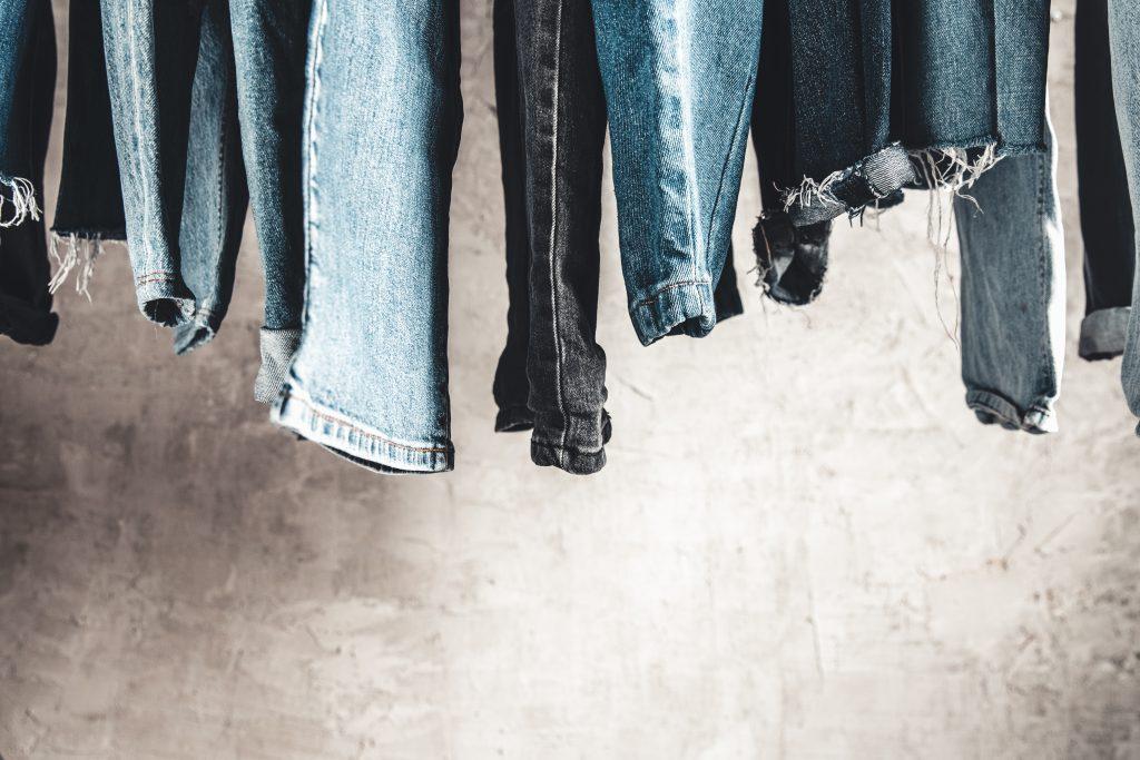 jeans aan muur